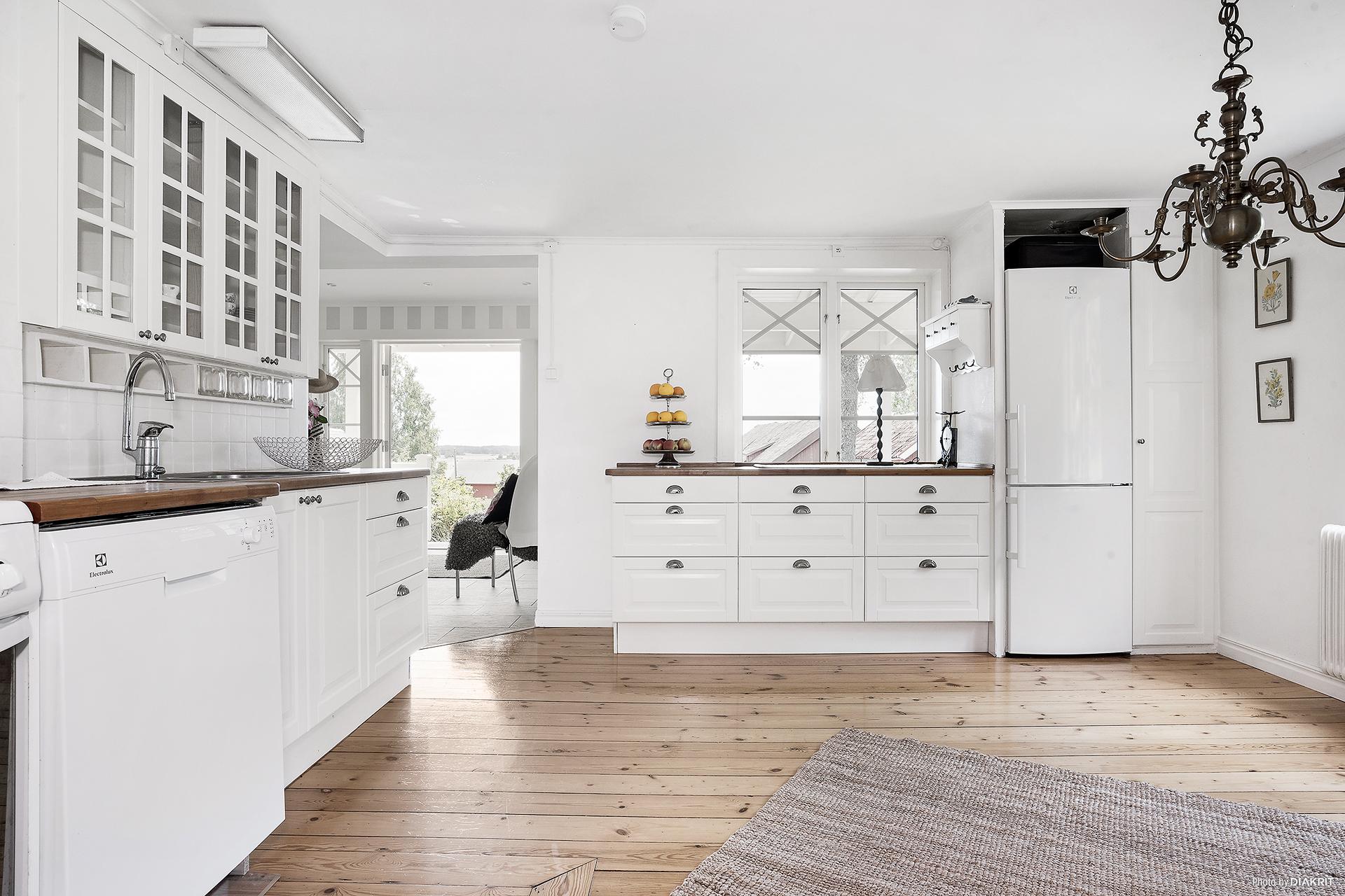 Köket är nyligen renoverat med nya köksluckor och lådfronter
