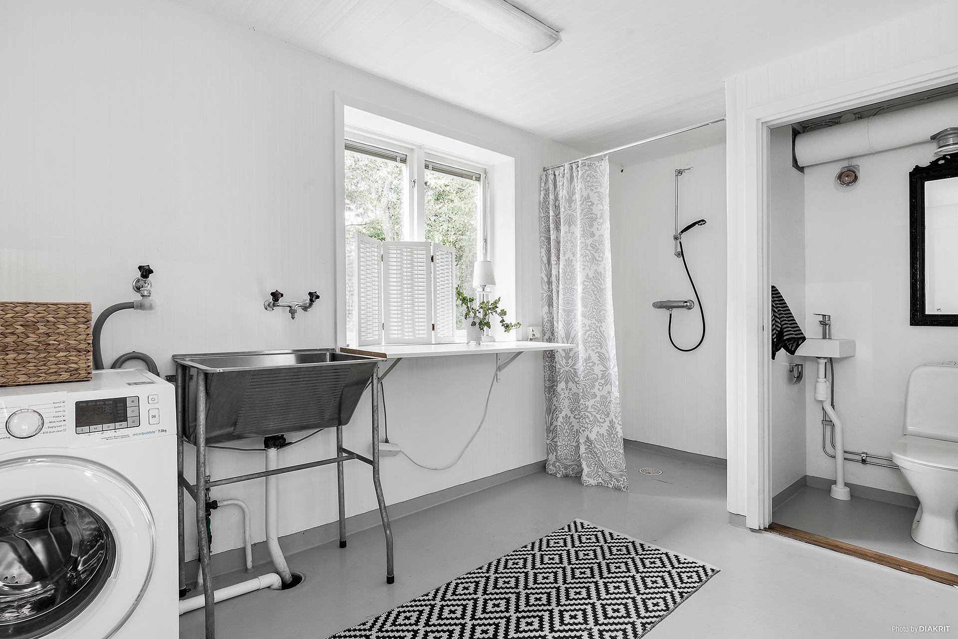 Kombinerat badrum och tvättstuga. Ingång till pannrummet.