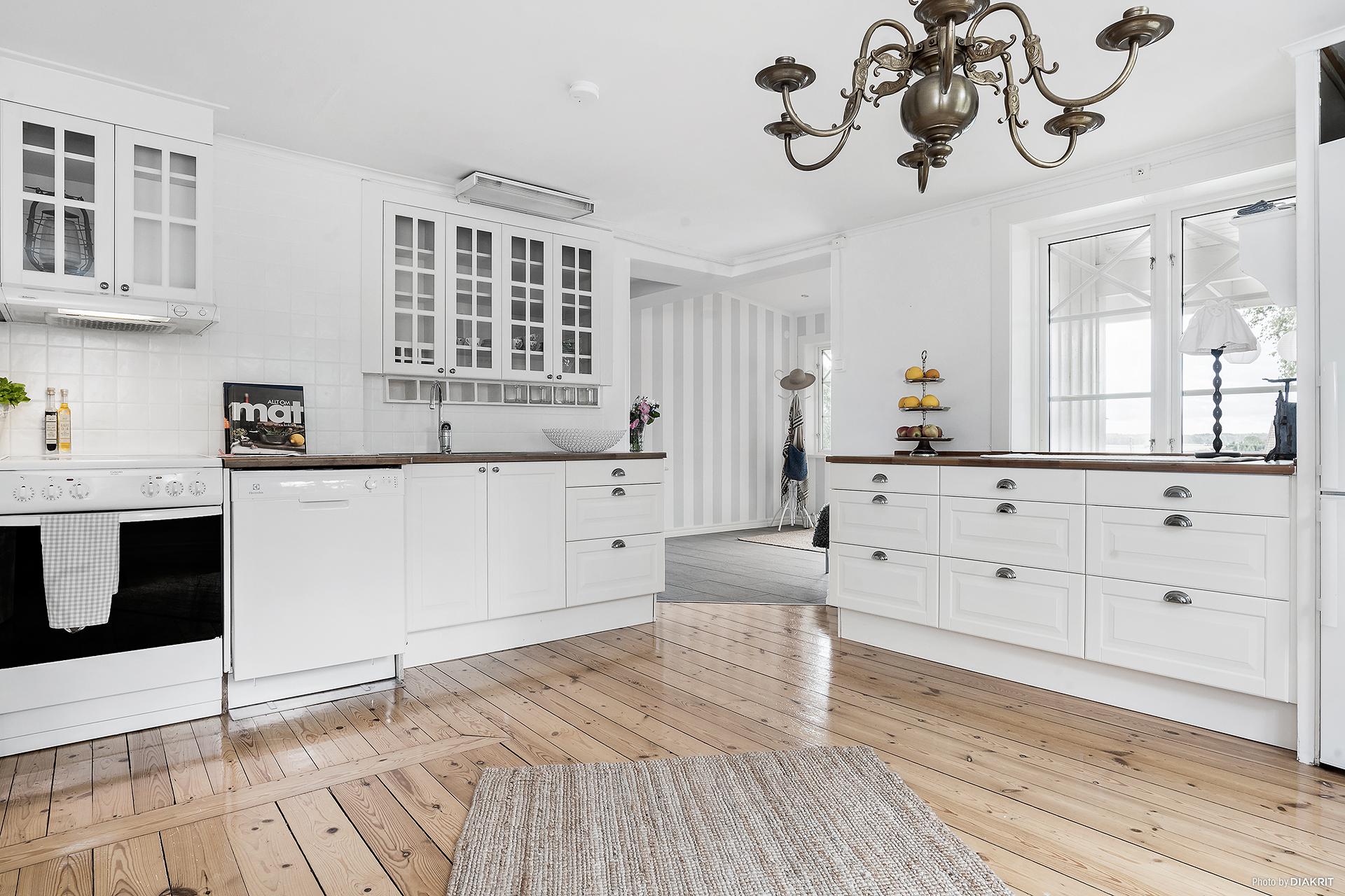 Lantligt kök med goda arbetsytor och plats för matbord.