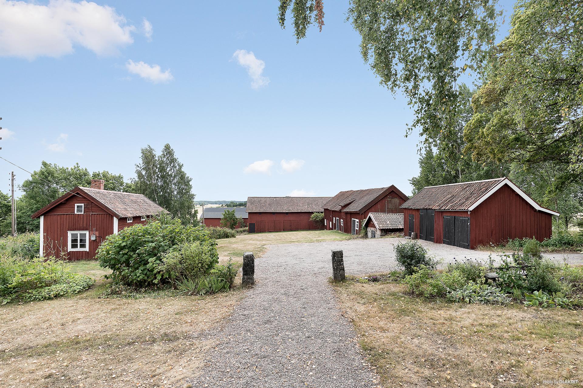 Byggnadsbestånd om 6 byggnader:  ladugård, stall/ladugård/loge, garage/vedbod, jordkällare och snickarbod.