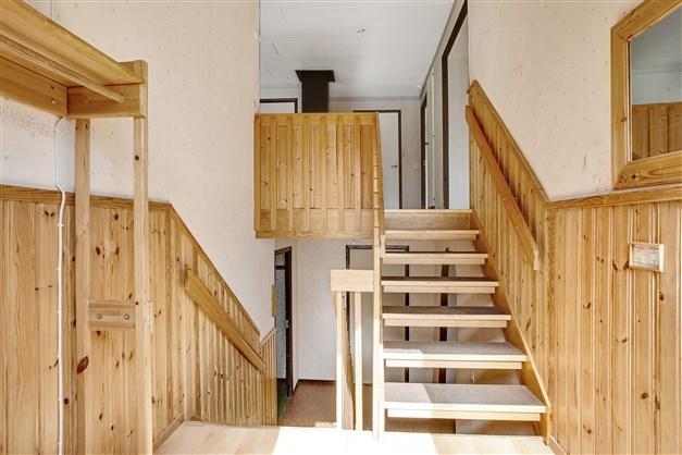 Välkommen in! Hall med trapp till båda våningsplanen.