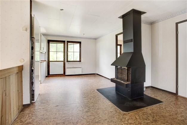 Hall/matrum med braskamin (inte inkopplad). Här finns utgång till altanen.