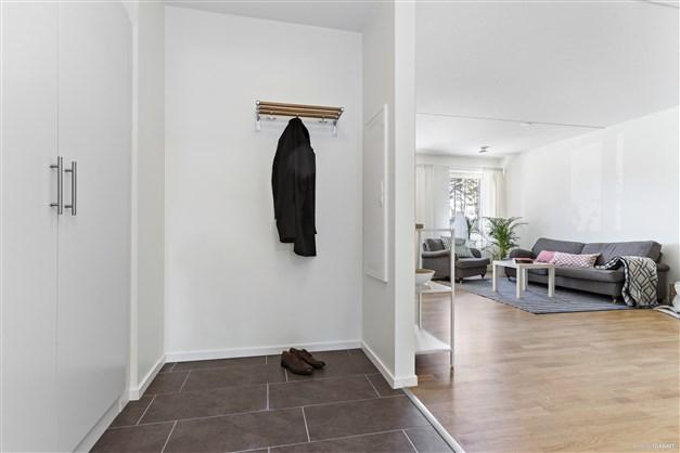 Hall. Bild från liknande lägenhet.