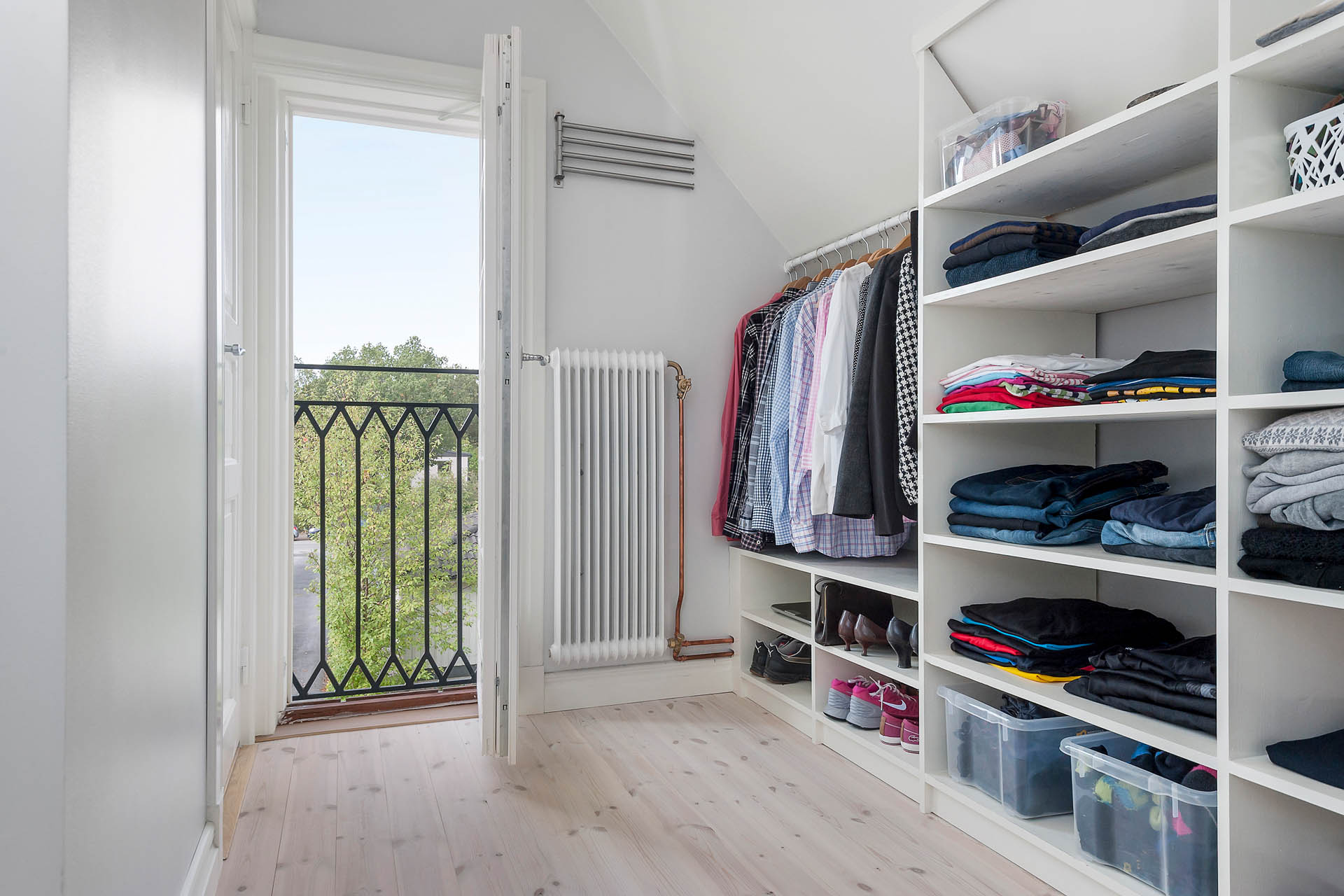 Dressingroom med fransk balkong och ingång till badrum ÖP