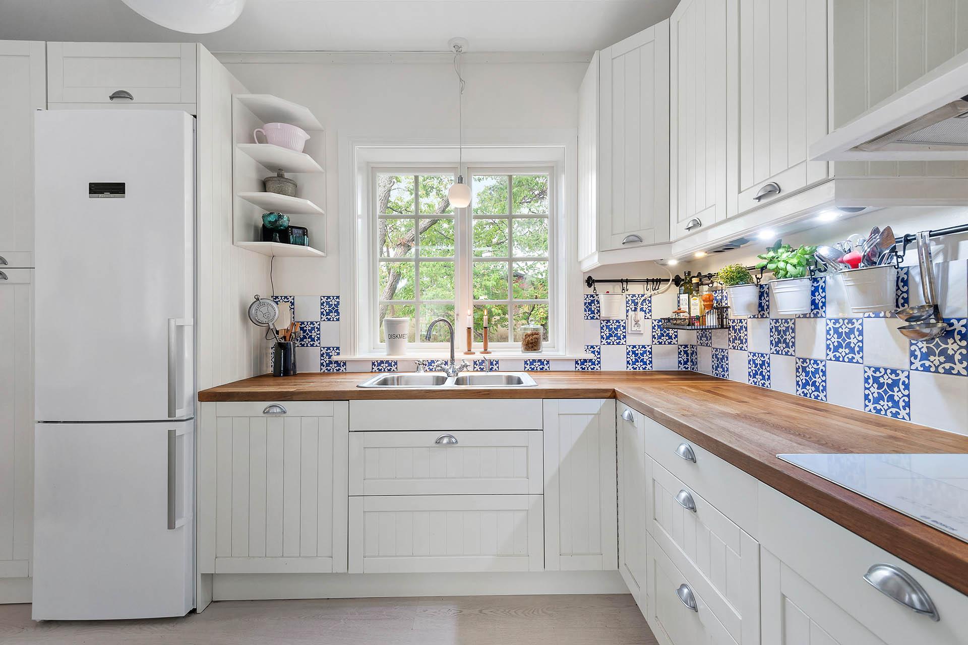Kök med fönster för ljusinsläpp
