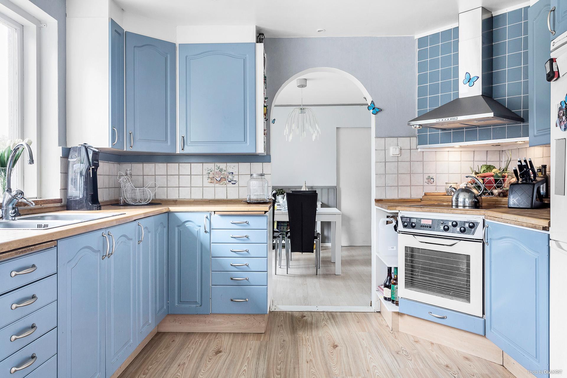 Kök med fönster som ger ett härligt ljusinsläpp