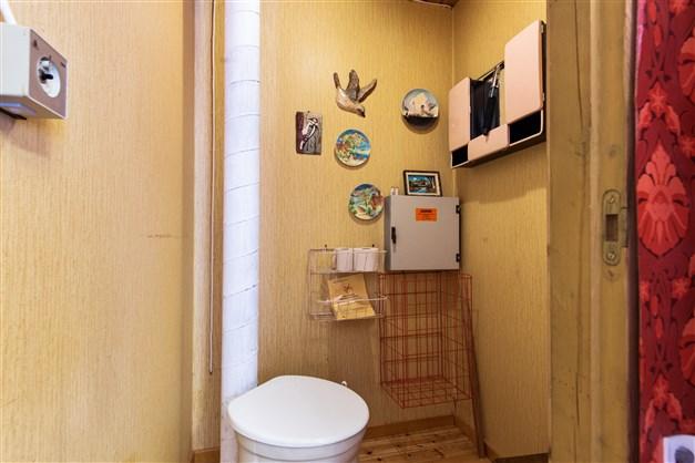 Den separat toaletten i anslutning till badrummet
