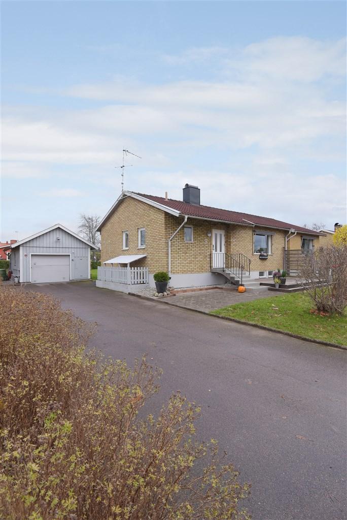 Villa med fristående garage