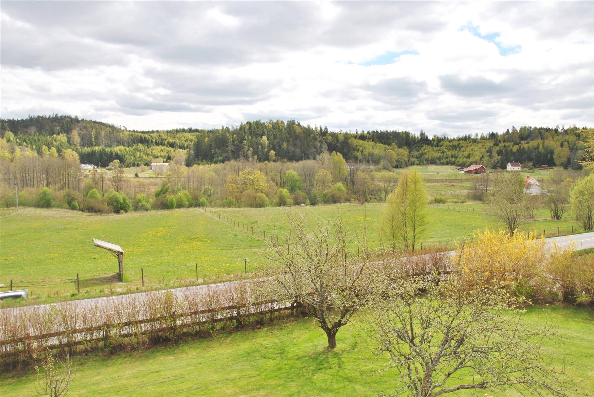 Utsikt från balkongen - över intilliggande hagmarken och vackert landskap