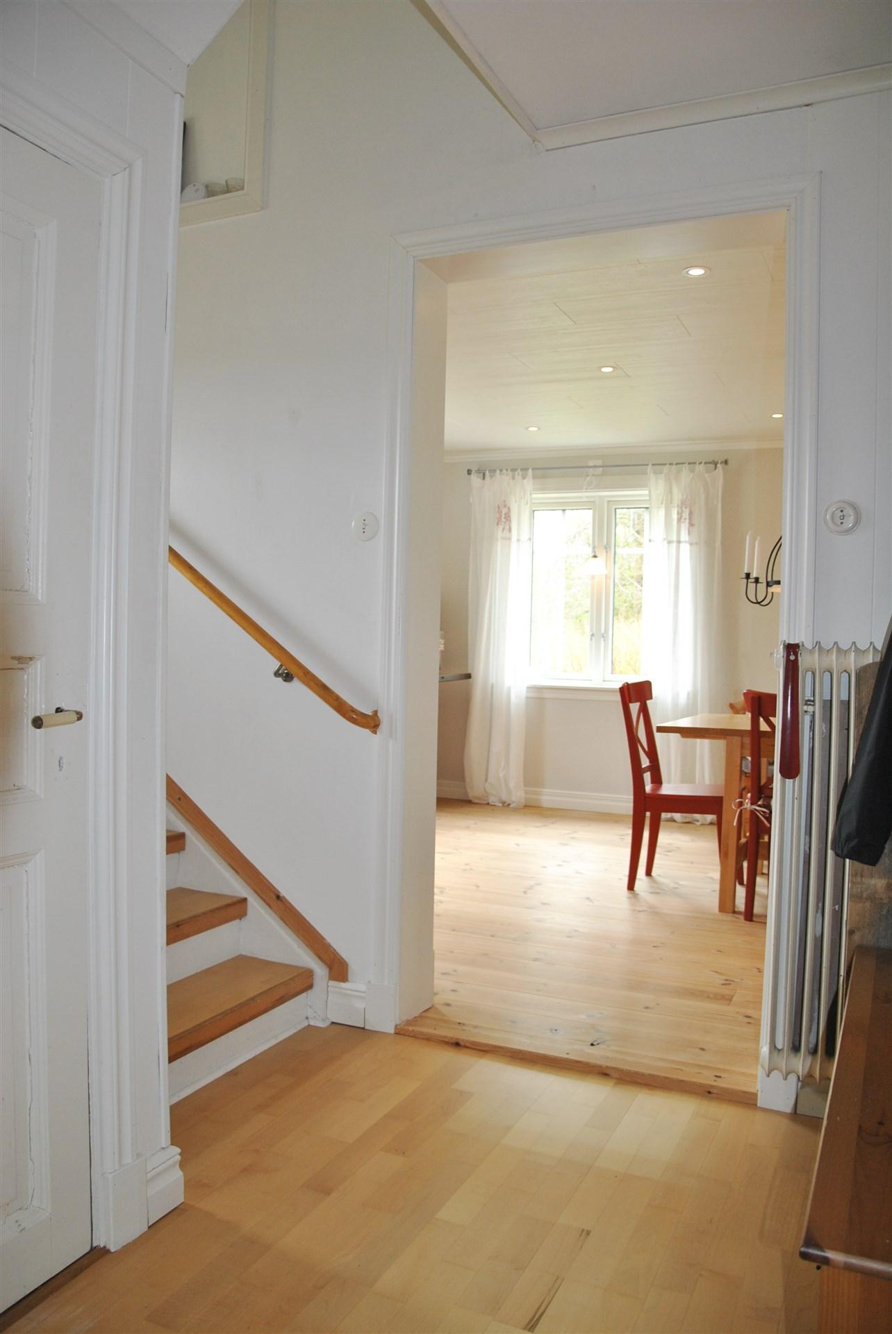 Passage mellan kök och vardagsrum, med negång till källare och trappan upp till ovanplan