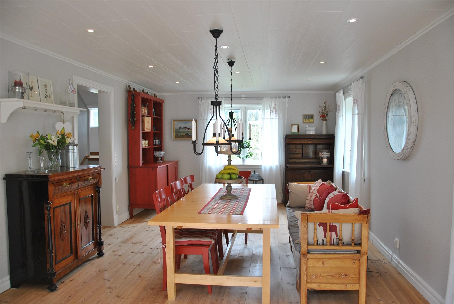 Vardagsrum/matsal - härligt ljus, trägolv (golvvärme) och höga golvlister