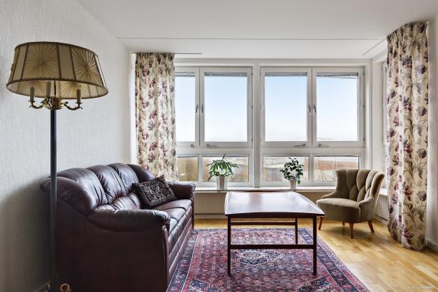 Stora fönsterpartier som skänker gott om ljus i rummet.