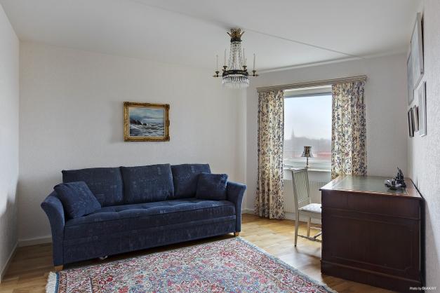 Lättmöblerat och ljust sovrum som också rymmer bred säng och skrivbord.