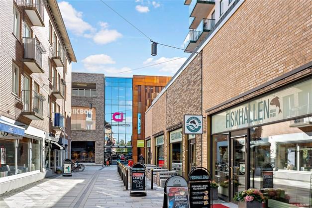 På kort promenad når du Mölndals innerstad och Galleria. Här finns flera butiker, fik, restauranger, bibliotek samt mataffärer.