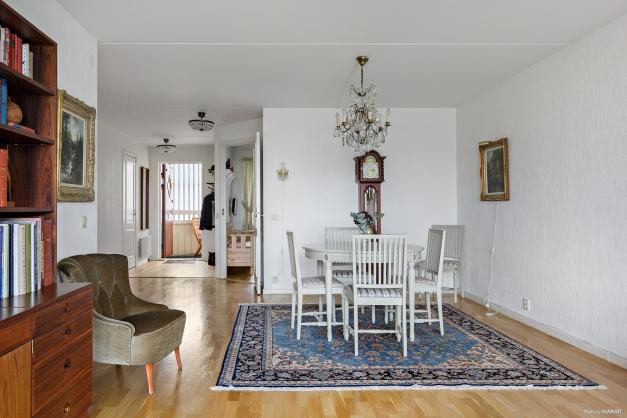 Öppet och ljust vardagsrum med trevlig matplats.