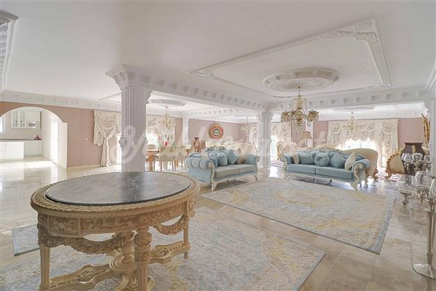 Stora och öppna ytor med plats för stora middagsbjudningar Large and open spaces with room for large dinner parties