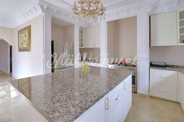 Klasiskt kök med ljus inredning och marmorbänkar Classic kitchen with light décor and marble benches