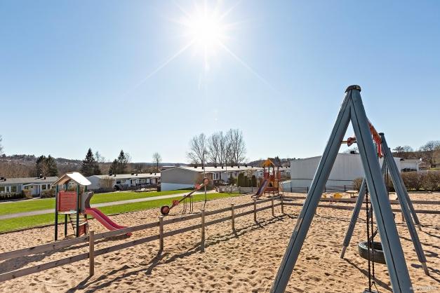 Bra utrustad lekplats med stor gräsmatta intill.