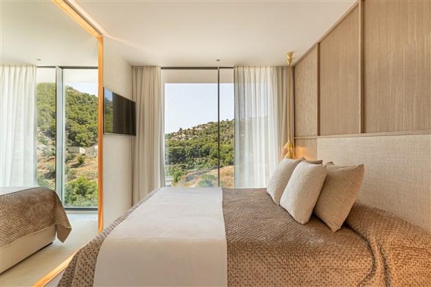 Illustrationsbild - Trevligt sovrum med utsikt mot grönska