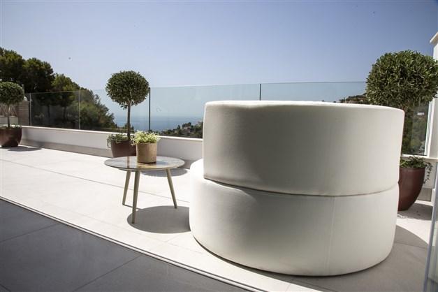 Illustrationsbild - Stor terrass med vacker utsikt
