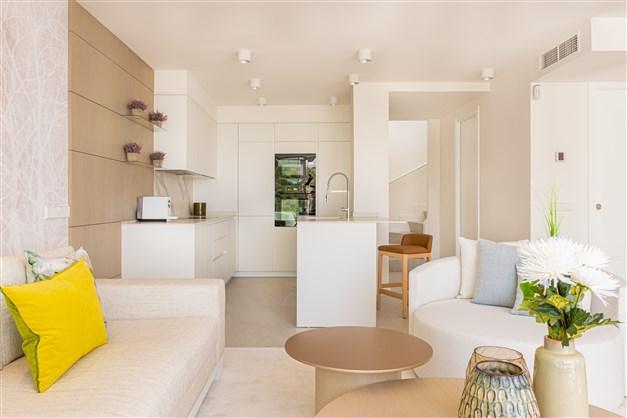 Illustrationsbild - Vardagsrum och kök i öppen planlösning