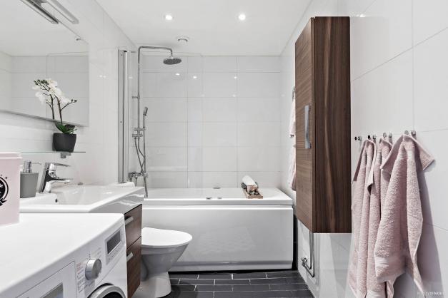 Helkaklat badrum med kombinerad TM/TT