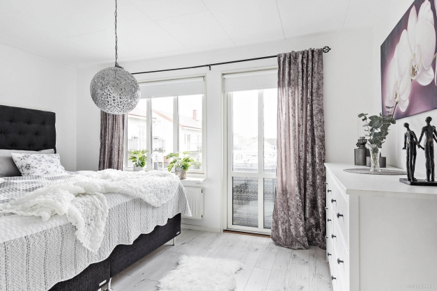 Ljust sovrum med utgång till balkongen