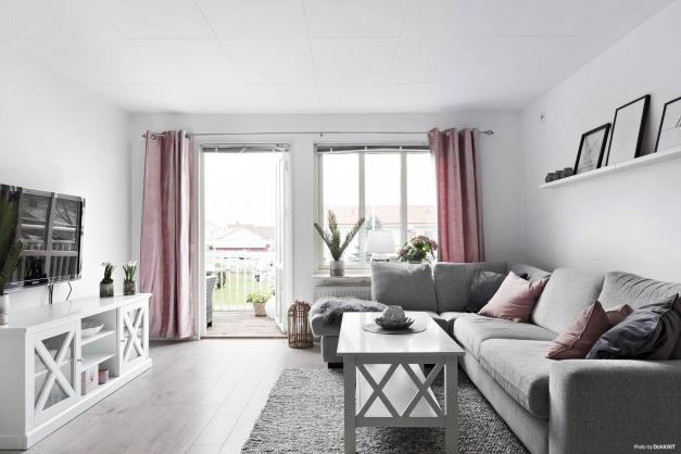 Stort vardagsrum med utgång till balkong