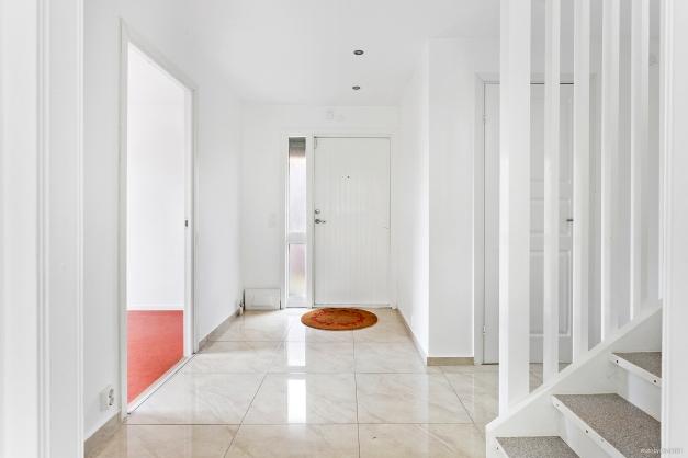 Entré med sovrum vänster och badrum och gästtoalett till höger