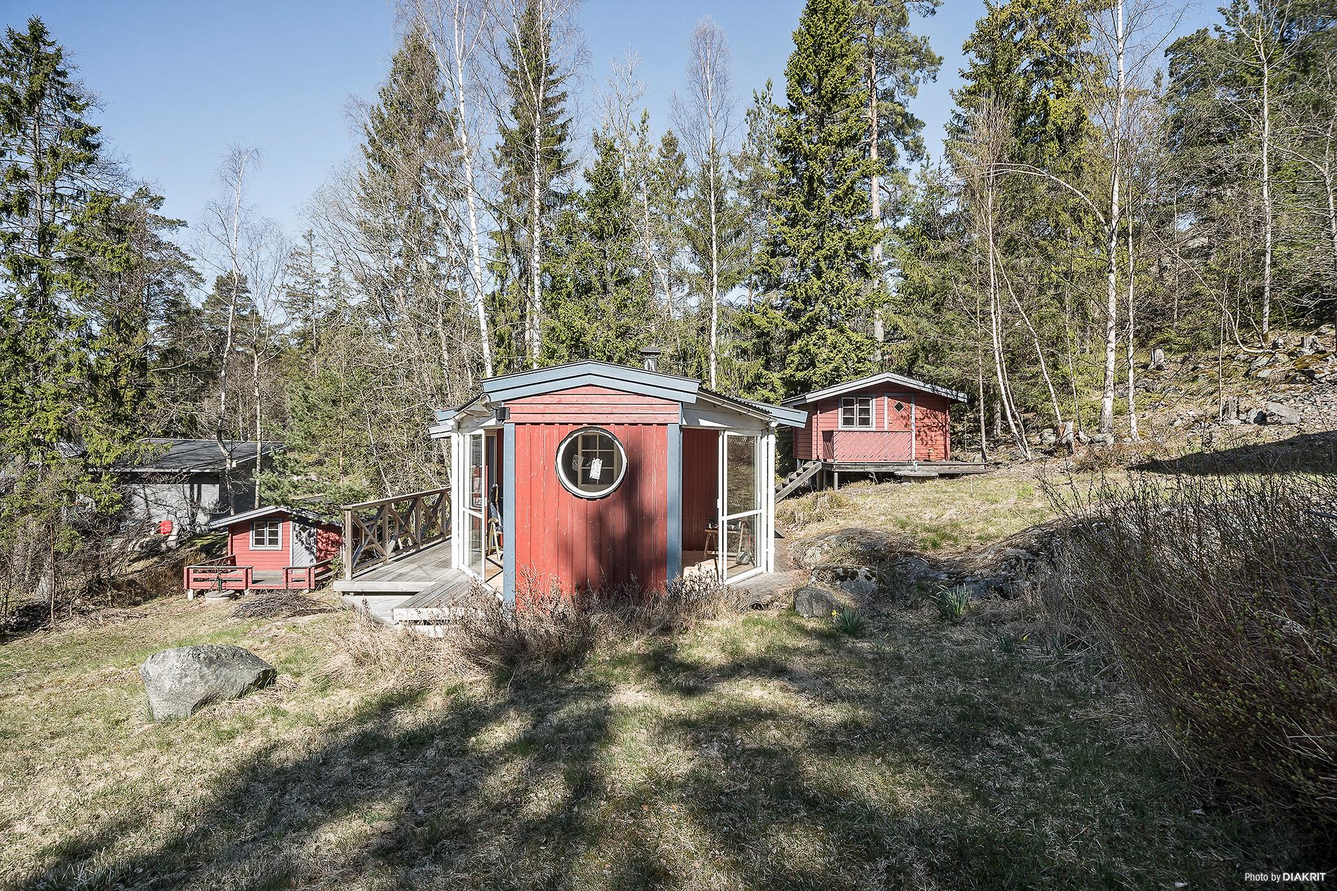 Friggebodar till höger och vänster om gästhuset.