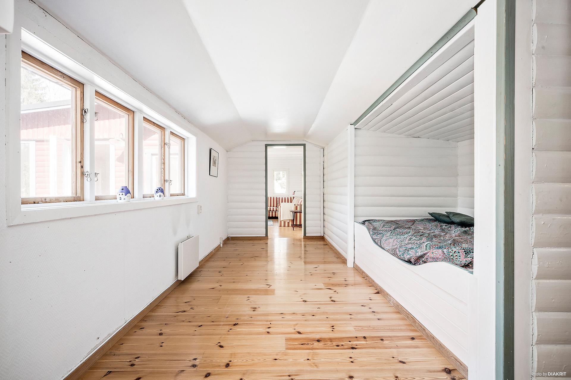 Hus 1: Rum med sovalkov/platsbyggd säng.