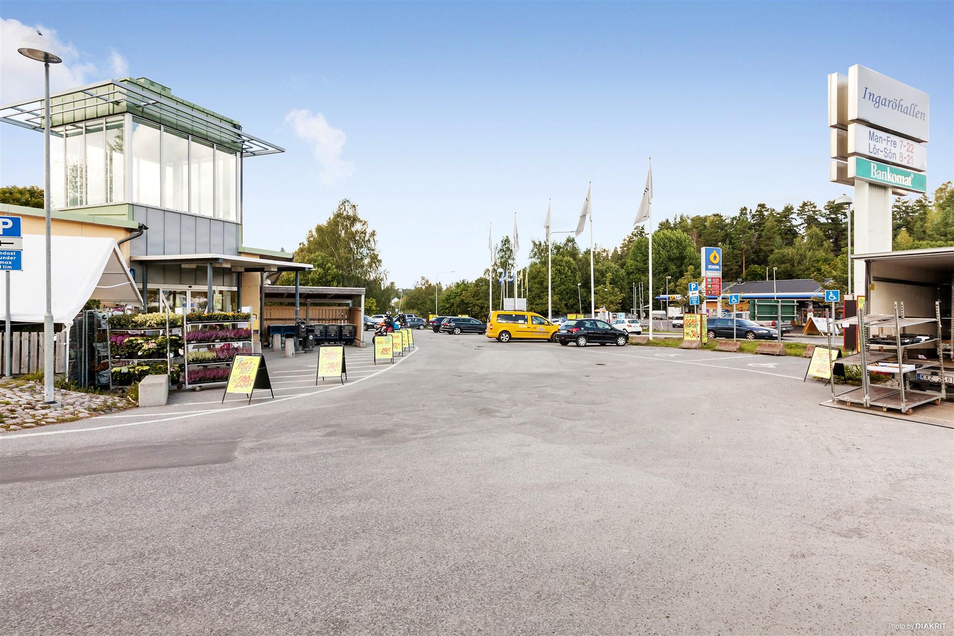 Centrum i Brunn med mataffär, bensinmack, pizzeria m.m.