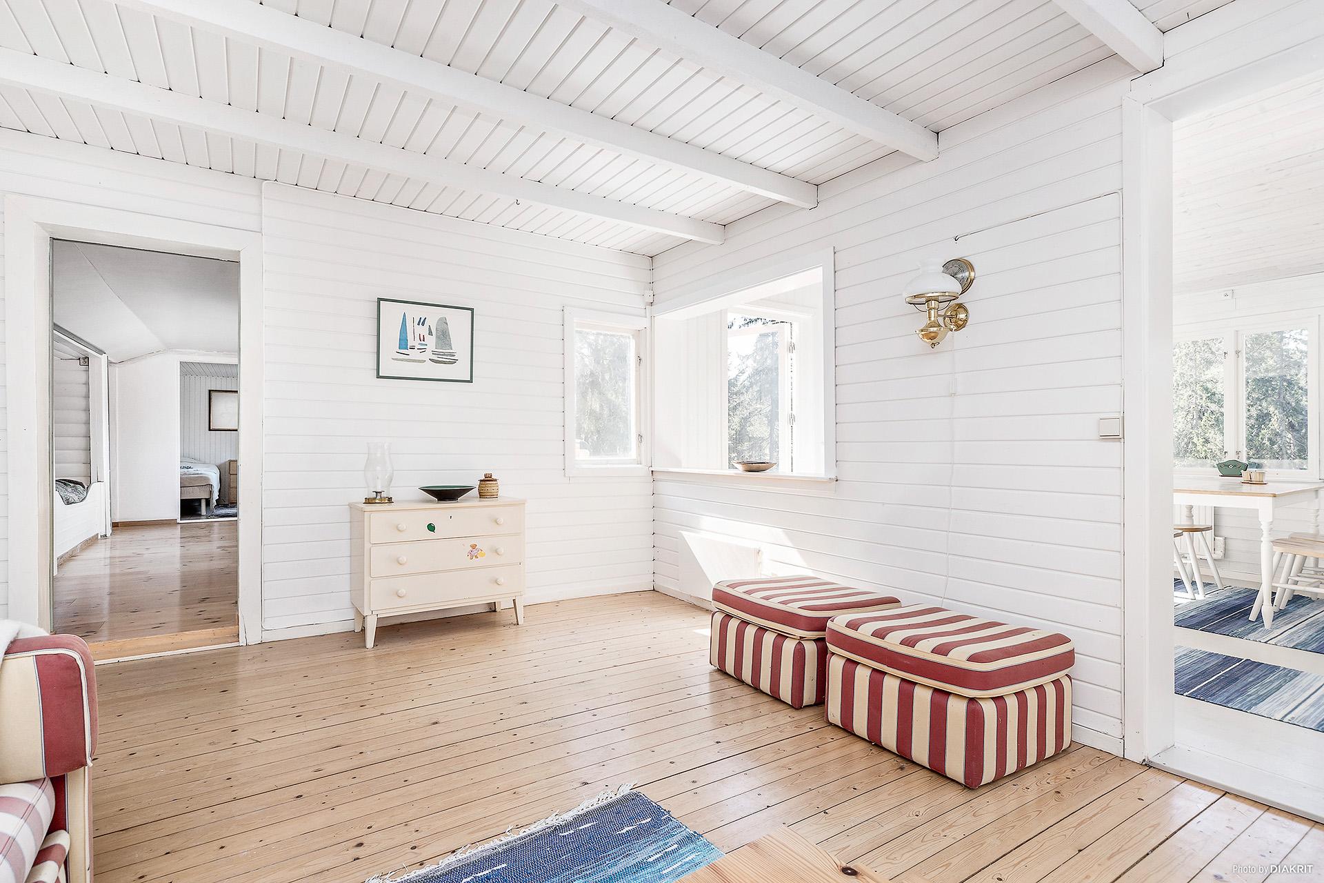 Hus 1: Vardagsrum mot matsal samt rum och sovrum.