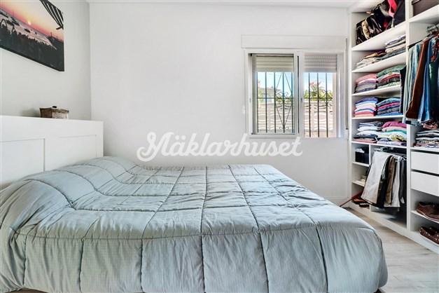 Sovrum med inbyggd garderob