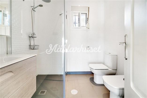 Badrum med dusch, bidé och toalett.