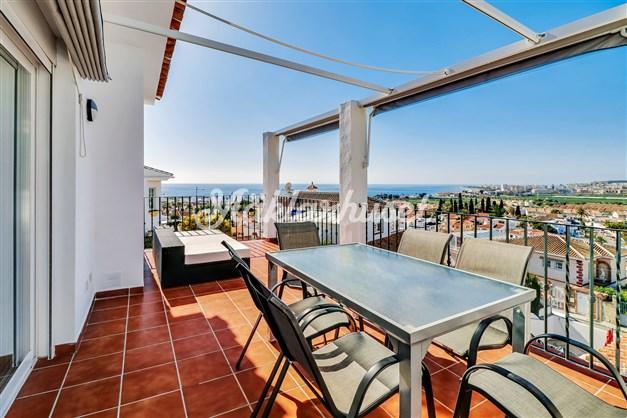 Stor terrass med havsutsikt och bergsutsikt.
