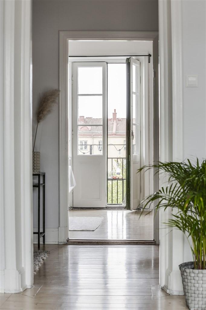 Hall mot kök och balkong