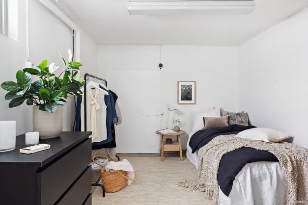 Det finns även ett sovrum avskiljt från allrummet. Från sovrummet finns också en ingång till mat/vinkällaren.