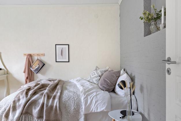 ...här ryms bred säng och nattduksbord.