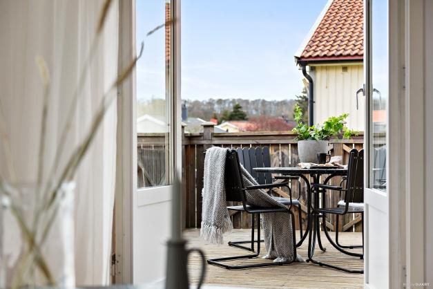 Från vardagsrummet når man även den härliga altanen.