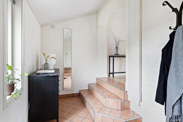 Kliv in i en öppen och funktionell hall med praktisk klinkergolv. Två garderober samt en hel klädkammare som ger god förvaring.