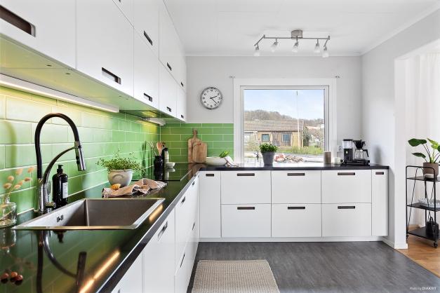 Renoverat och mycket fräscht kök med gott om arbetsyta.