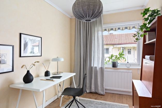 Sovrum som idag används som ett hemmakontor.
