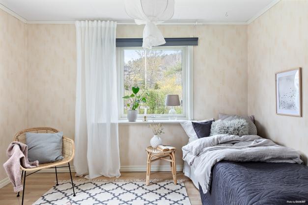 ..sovrummet har fönster åt två håll vilket ger ett fint ljusinsläpp i rummet.