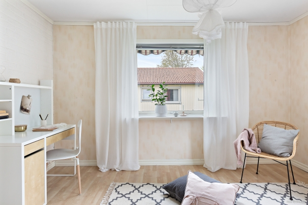 Stort sovrum med plats för både stor säng och skrivbord....