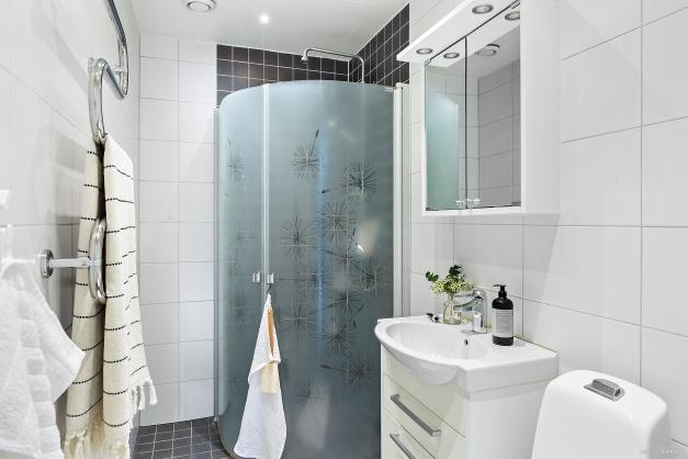 Helkaklat och modernt badrum med spotlights och värmegolv.