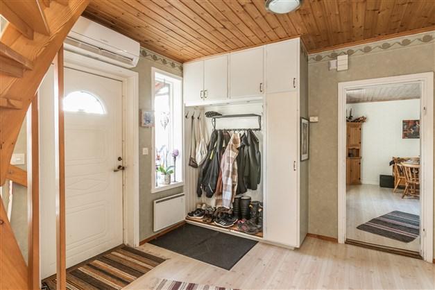 I hallen finns luftvärmepumpen från 2019 och klädförvaring i garderob