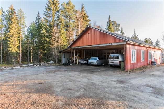 Riktigt rymligt garage med hela 90 kvm inredd och uppvärmd yta!