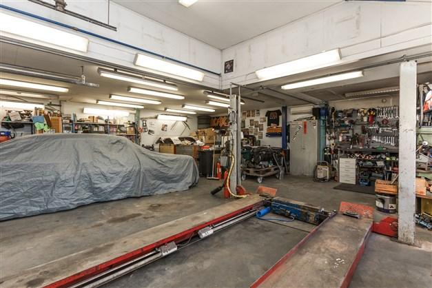 Garaget är isolerat och utrustat med bland annat billyft och förhöjd tak