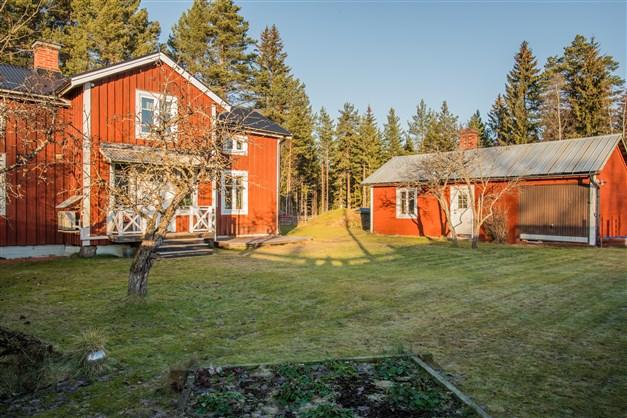 Utöver bostadshuset och garaget finns också ett gårdshus (t.h) med ett rum och exempelvis skoterförvaring